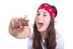巧克力片断在妇女的手上 免版税库存图片
