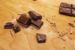 巧克力片断在木切板的 库存照片