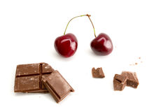 巧克力片断用在白色背景隔绝的樱桃 库存照片