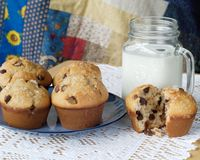 巧克力片松饼和牛奶 免版税库存图片