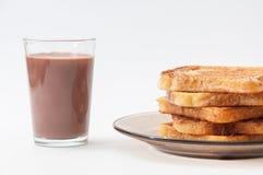 巧克力牛奶和法式多士在板材安排了 免版税图库摄影