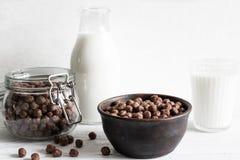 巧克力玉米片在一个碗滚保龄球用牛奶早餐 免版税库存图片