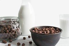 巧克力玉米片在一个碗滚保龄球用牛奶 库存照片