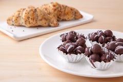 巧克力球和小圆面包 免版税库存图片