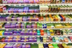 巧克力甜点在超级市场架子的待售 免版税库存照片