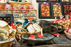 巧克力甜点在里加圣诞节市场期间的停留演出地 库存照片
