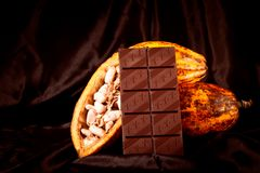 巧克力用在黑色的可可粉荚 免版税库存图片