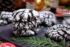 巧克力用糖粉末盖的皱纹曲奇饼 库存照片