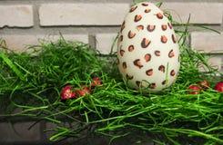巧克力白色复活节彩蛋用红色糖果和绿色3 免版税库存照片