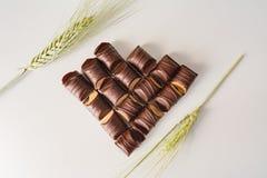 巧克力的心脏用作为装饰的麦子在白色背景 免版税库存照片