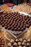 巧克力的选择在商店 免版税库存照片