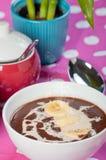 热的champorado或甜巧克力米粥 免版税库存照片
