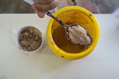 巧克力粉末匙子在碗的 库存图片