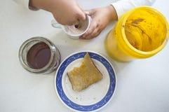 巧克力粉末用牛奶、蜂蜜和多士 库存图片