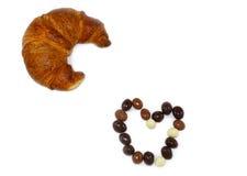 巧克力糖和新月形面包的心脏 免版税库存图片