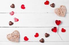 巧克力糖和红色棒棒糖 免版税图库摄影