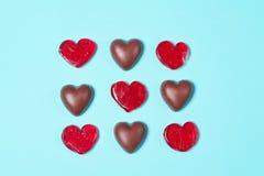 巧克力糖和红色棒棒糖 库存图片