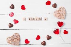 巧克力糖和红色棒棒糖 免版税库存图片