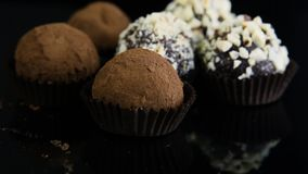 巧克力糖的特写镜头两类型在黑色服务 股票录像
