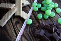 巧克力糖薄酥饼和测量的磁带 库存图片
