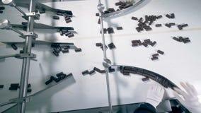 巧克力糖顶视图搬入沿传送带的三个不同方向 股票视频
