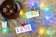 巧克力糖 我爱你 在视图之上 多彩多姿的诗歌选 平的位置 免版税图库摄影