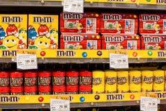 巧克力糖M&M的选择的在架子的在一个超级市场泰国模范在曼谷 免版税库存图片