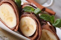 巧克力薄煎饼用宏观的香蕉 水平 库存照片