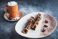 巧克力薄煎饼用桂香、茴香和咖啡用蛋白软糖 可口点心和咖啡饮料 免版税库存图片