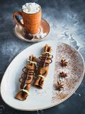 巧克力薄煎饼用桂香、茴香和咖啡用蛋白软糖 可口点心和咖啡饮料 库存图片
