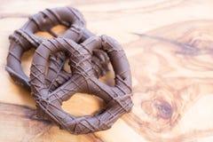 巧克力蘸的和被盖的椒盐脆饼 库存图片