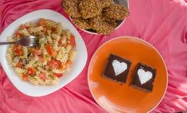 巧克力蛋糕、沙拉和家做了曲奇饼 库存图片