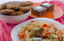 巧克力蛋糕、沙拉和家做了曲奇饼 免版税库存图片