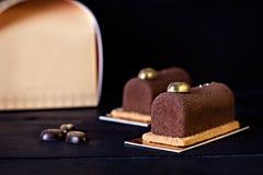 巧克力蛋糕、浓咖啡咖啡和一张卡片您的文本的 库存图片