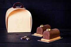 巧克力蛋糕、浓咖啡咖啡和一张卡片您的文本的 免版税图库摄影