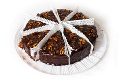 巧克力蛋糕八个部分用核桃。 免版税库存图片