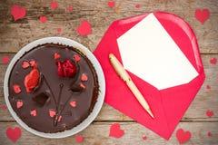 巧克力蛋糕和情书 免版税库存图片