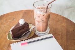 巧克力蛋糕和饮料容易的膳食  免版税库存照片