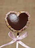 巧克力蛋糕在心脏形状流行 免版税库存图片