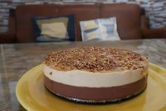 巧克力蛋糕在桌里 图库摄影