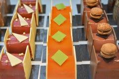 巧克力蛋糕在法国显示一家糖果店商店 免版税库存照片