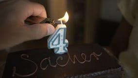巧克力蛋糕在生日一个小男孩 生日孩子,我们点燃在蛋糕的一个蜡烛 预定了童年 影视素材