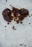 巧克力蛋糕大角度看法在地板上的 库存图片