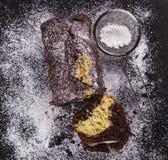 巧克力蛋糕搽粉的糖 库存图片