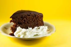巧克力蛋糕有黄色背景 库存图片