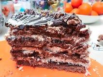巧克力蛋糕片断与mascarpone和打好的奶油的 免版税库存照片