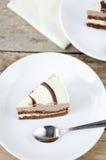 巧克力蛋糕片断在一块白色板材的 免版税库存图片