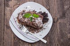 巧克力蛋糕片断在板材的 库存照片