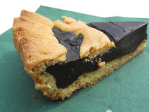 巧克力蛋糕片断在绿皮书餐巾的 意大利食谱 库存照片