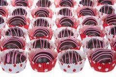 巧克力蛋糕球剥离用桃红色糖果熔化 免版税库存图片